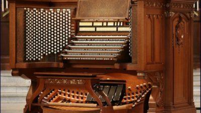 У Бердянську продовжує звучати орган.