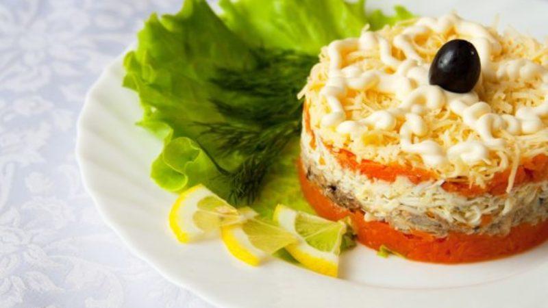 Салат з консервованих бичків в томатному соусі.