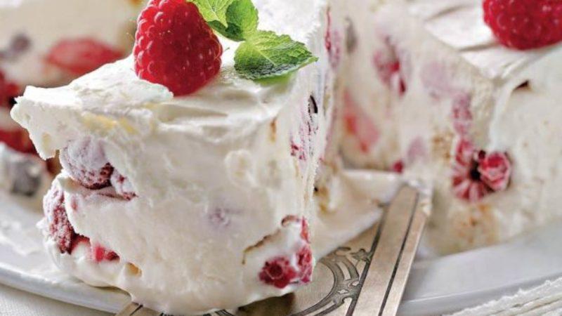 2 десерти для жаркого дня: мільфёй з малиною і домашнє морозиво Семіфредо