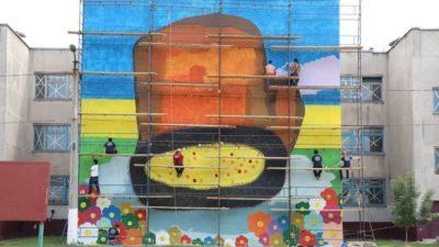Японский художник рисует «Рукавичку» в Мариуполе