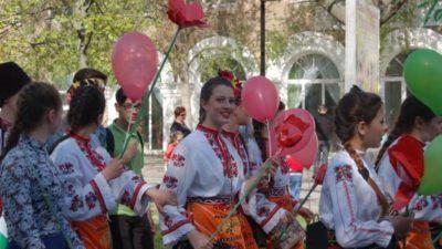 """Від Каверни до Бердянська у ритмі фольклорних танців крокують хлопці та дівчата Болгарського товариства """"Родолюбіє"""""""