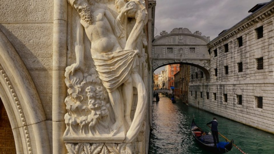 venetsiia-italiia-most-vzdokhov-dvorets-dozhei-kanal-lodka-g.jpg
